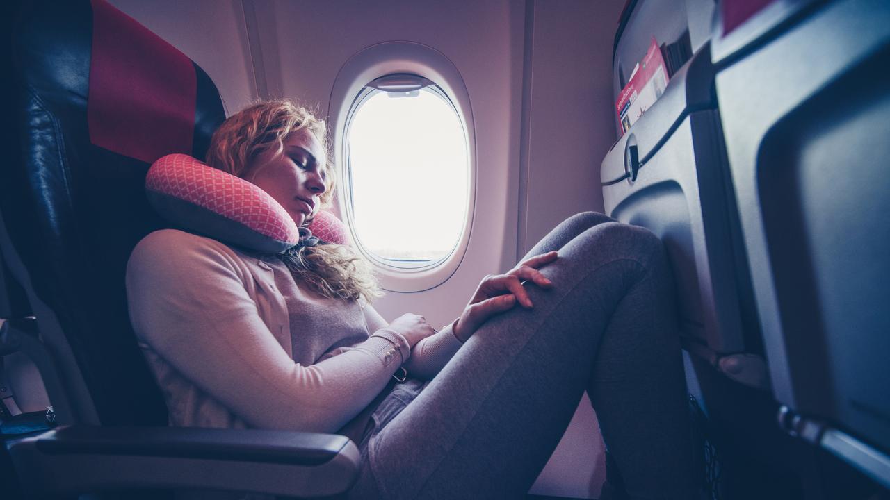 Trong các chặng bay, ghế cạnh cửa sổ luôn được những hành khách muốn nhắm mắt nghỉ ngơi chọn trước tiên. Ảnh: Pinterest