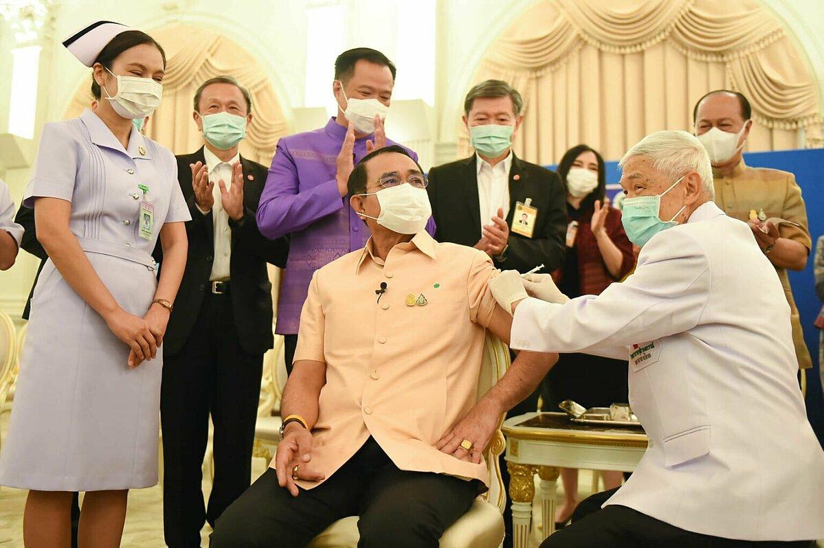 Thủ tướng Thái Lan Prayut Chan-o-cha tiêm mũi vaccine đầu tiên