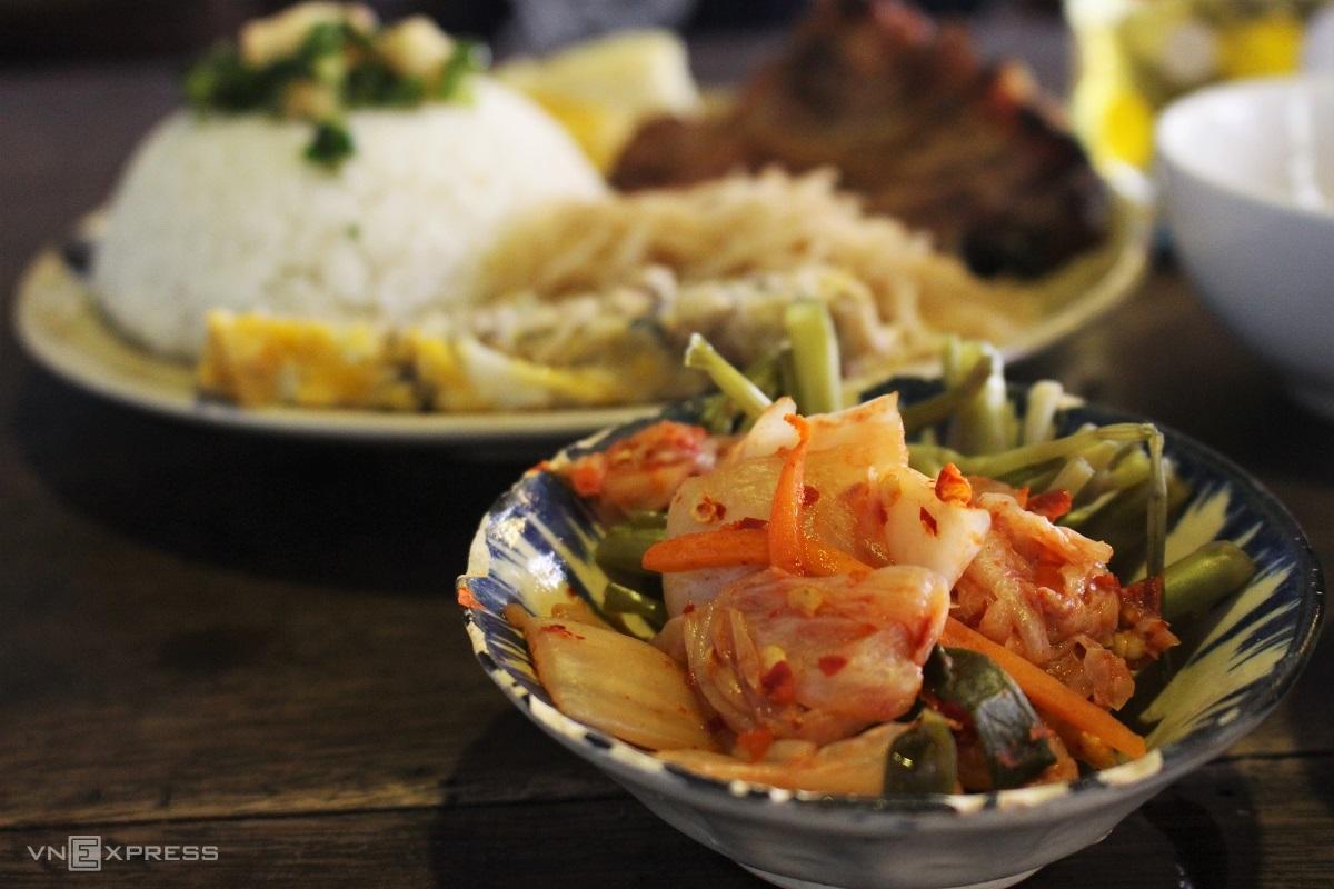 Kim chi và rau muống chua được phục vụ kèm cơm tấm. Ảnh: Huỳnh Nhi