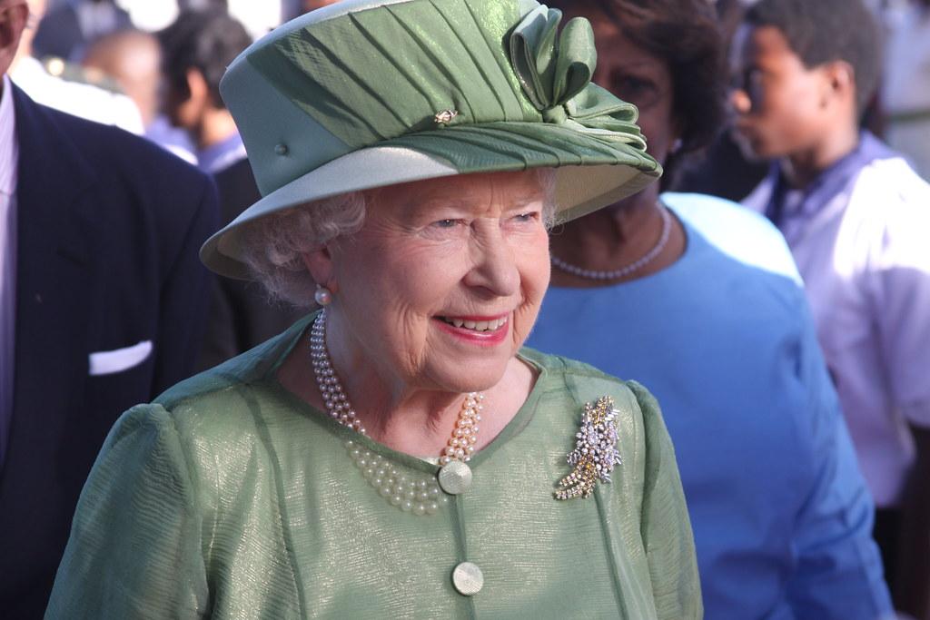 Ngoài hộ chiếu, Nữ hoàng Anh Elizabeth II còn không có bằng lái xe vì giấy tờ này được cấp nhân danh bà. Ảnh: Kenroy Ambris/Commonwealth Secretariat