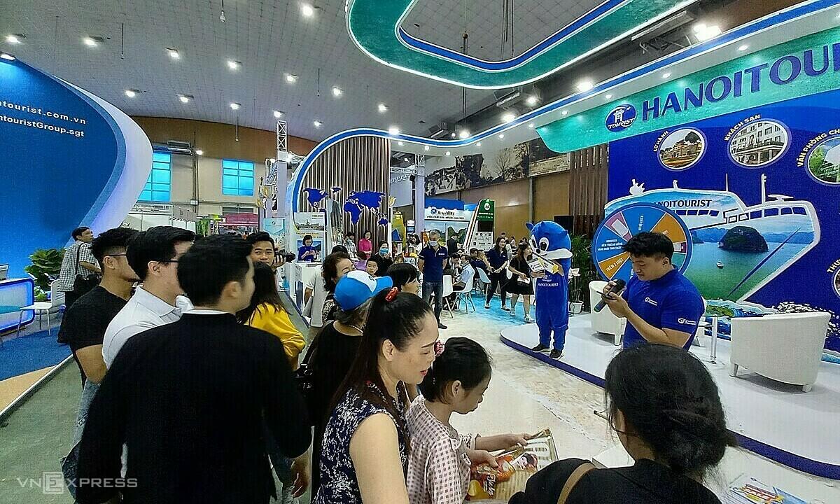 Hội chợ Du lịch quốc tế Việt Nam VITM 2021 được tổ chức tại Hà Nội, ngày 5-8/5. Ảnh: Khánh Trần.