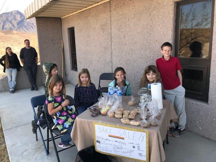 Trẻ con tổ chức một buổi bán bánh nướng tại cộng đồng dân cư Cow Creek, cách vườn quốc gia Thung lũng Chết hơn một giờ đi xe. Ảnh: Crystal Taylor/Insider