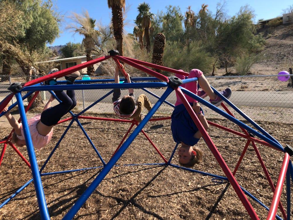 Những đứa trẻ sống ở Thung lũng Chết vui chơi ngoài trời dưới cái nắng khắc nghiệt. Ảnh: Crystal Taylor/Insider