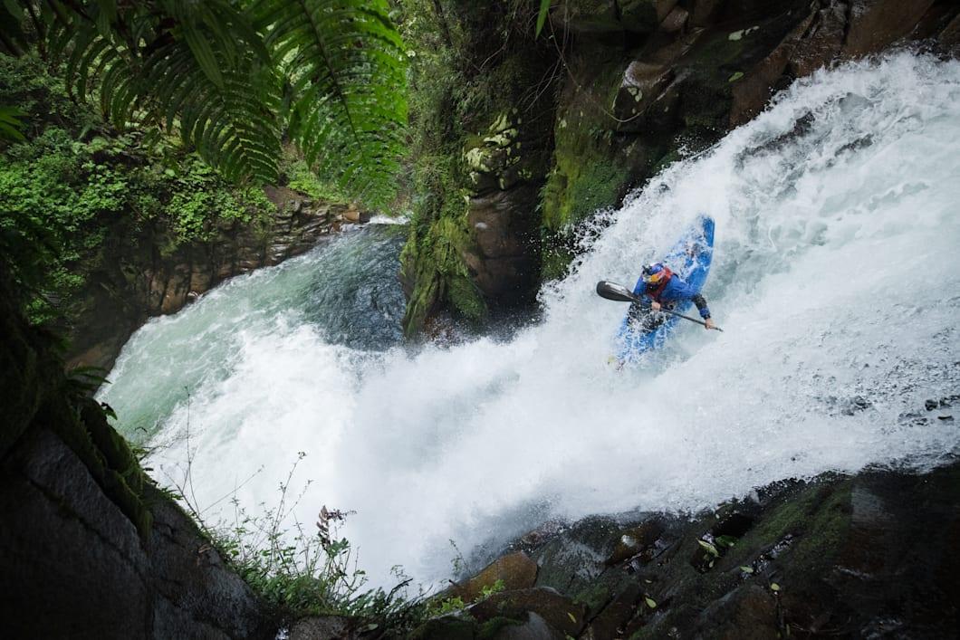 Dòng nước xiết và địa hình hiểm trở dẫn Aniol tới thác nước lớn. Ảnh: Nico Gantz/Redbull content pool