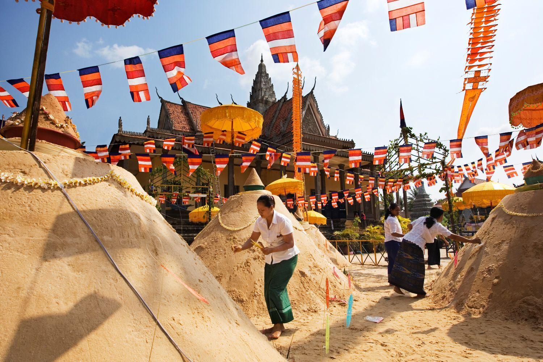 Không nhiều người Campuchia ăn mừng sinh nhật. Thực tế, rất nhiều người không nhớ chính xác ngày mình chào đời, mà chỉ nhớ mùa sinh nhật. Mọi người phần lớn đều tin rằng họ sẽ thêm một tuổi mới khi Tết cổ truyền Choul Chnam Thmey bắt đầu. Năm nay, Choul Chnam Thmey bắt đầu từ 14/4 và kết thúc vào 16/4. Theo truyền thống, người Campuchia sinh ra đã một tuổi thay vì tính từ 0. Ảnh: Travelsense