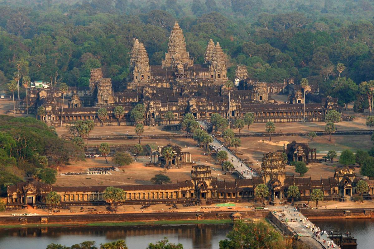 Angkor Wat là công trình kiến trúc tôn giáo lớn nhất trên Trái đất. Quần thể Ankor Wat nằm trên diện tích hơn 1,6 triệu mét vuông và gấp đôi diện tích của quần thể tôn giáo lớn thứ hai thế giới, Sri Ranganathasvamy. Sri Ranganathasvamy là một ngôi đền Hindu ở Ấn Độ. Ảnh: History