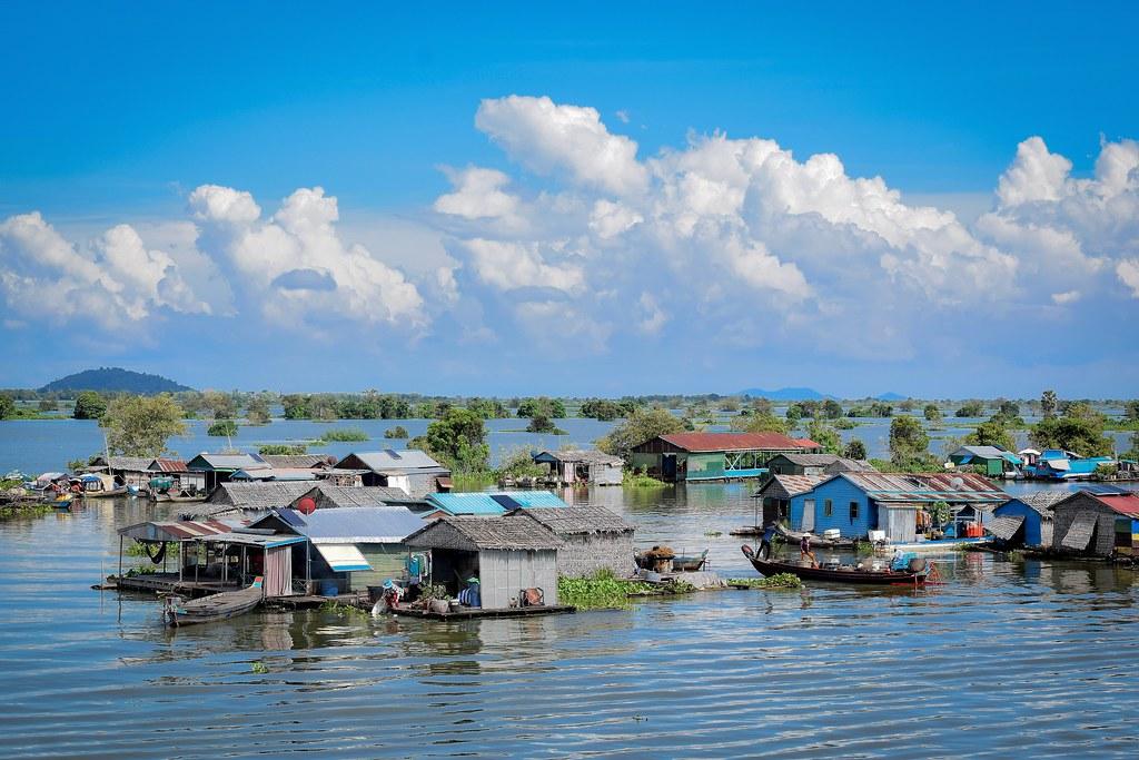 Tonle Sap là hồ nước ngọt lớn nhất Đông Nam Á. Đây là một kỳ quan thiên nhiên nằm trong danh sách các khu vực dự trữ sinh quyền của UNESCO. Nơi này được thế giới bảo vệ vì tầm quan trọng của nó đối với hệ sinh thái và con người. Hai năm một lần, tại hồ lại diễn ra một sự thay đổi kỳ diệu: dòng chảy đổi hướng, nước dâng lên hoặc rút cạn. Ảnh: Teseum/Flickr