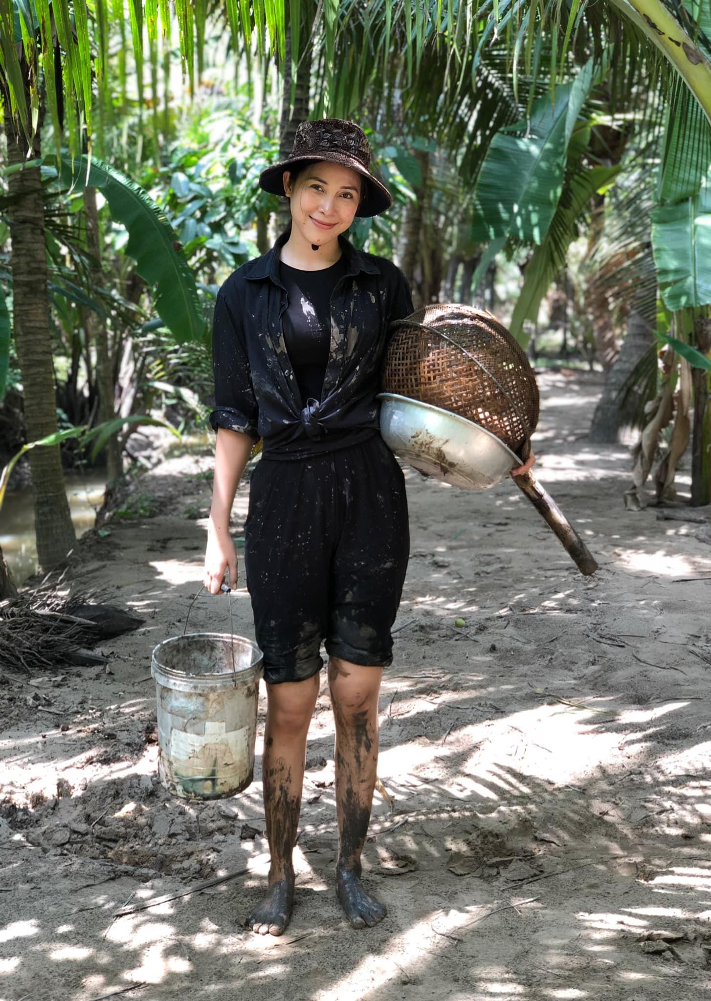 Người đẹp Bến Tre lội bùn bắt cá. Ảnh: NVCC
