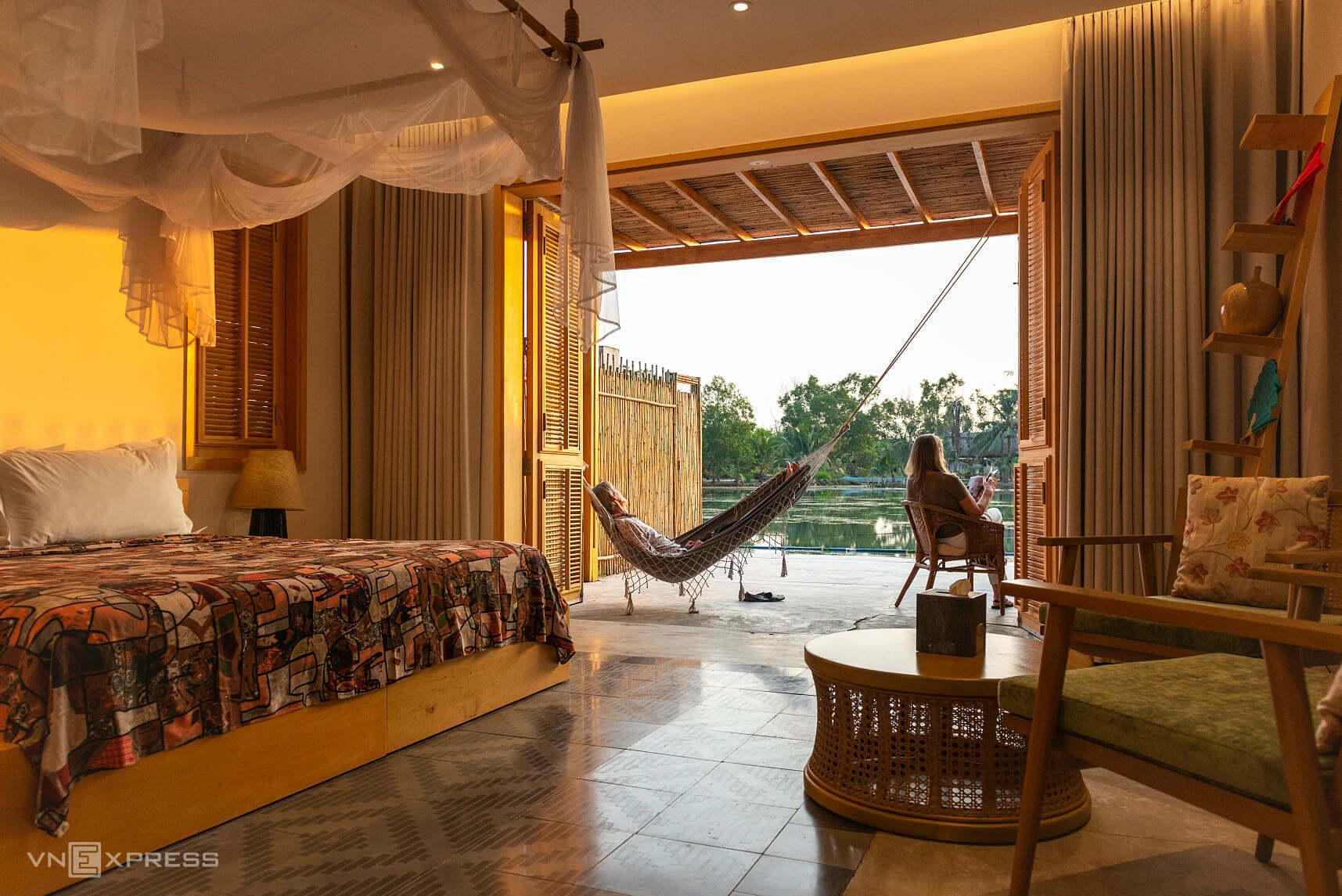 Tại đây chỉ có 7 phòng nghỉ dưỡng, phục vụ cho một số lượng khách nhất định để đảm bảo sự riêng tư. Các căn lều được thiết kế theo phong cách eco, gần gũi với thiên nhiên. Do không có quá nhiều tiện ích xung quanh, nên nơi đây sẽ thích hợp cho những du khách muốn thư giãn tại nơi cách xa thành phố.Giá tại đây dao động 2,8 triệu đồng - 3,8 triệu đồng/ phòng/ đêm, tuỳ hạng phòng. Các điểm lưu trú cùng khu vực: The Mira Central Park Hotel 1,2 triệu đồng - 5 triệu đồng/ phòng/ đêm; Aurora Hotel 1,8 triệu đồng - 6,6 triệu đồng/ phòng/ đêm.