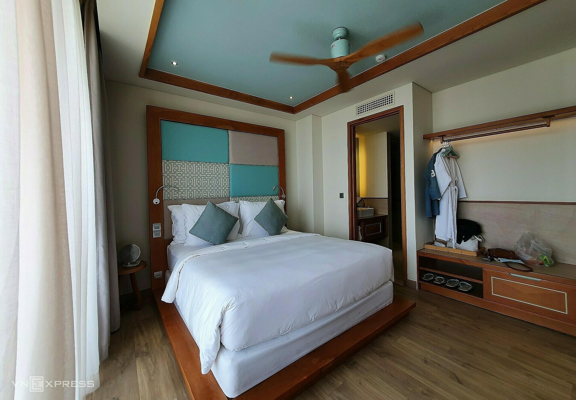 Fusion Suites Vung Tau tọa lạc trên đường Trương Công Định, bãi trước (Vũng Tàu) với đầy đủ các tiện ích như: spa, phòng gym, quán bar, nhà hàng, hồ bơi vô cực. Các phòng khách sạn được thiết kế theo phong cách hiện đại với gam màu xanh nhạt làm chủ đạo. Ngoài các tiện nghi bên trong, khách sạn còn có vị trí gần với các điểm tham quan như: ngọn hải đăng, tượng Chúa Kitô, mũi Nghinh Phong... và các quán ăn địa phương như: Bánh khọt cô Ba Vũng Tàu, lẩu cá đuối Út Mười...  Hiện tại, khách sạn có chương trình ưu đãi 50% áp dụng cho 2 đêm lưu trú vào mỗi cuối tuần (thứ 6 - Chủ Nhật). Ngoài ra, các tiện ích tại khách sạn không chỉ phục vụ cho khách lưu trú mà còn đón tiếp các khách vãng lai với nhiều chương trình ưu đãi như giảm giá 50% và phục vụ đêm nhạc đối với quán bar.