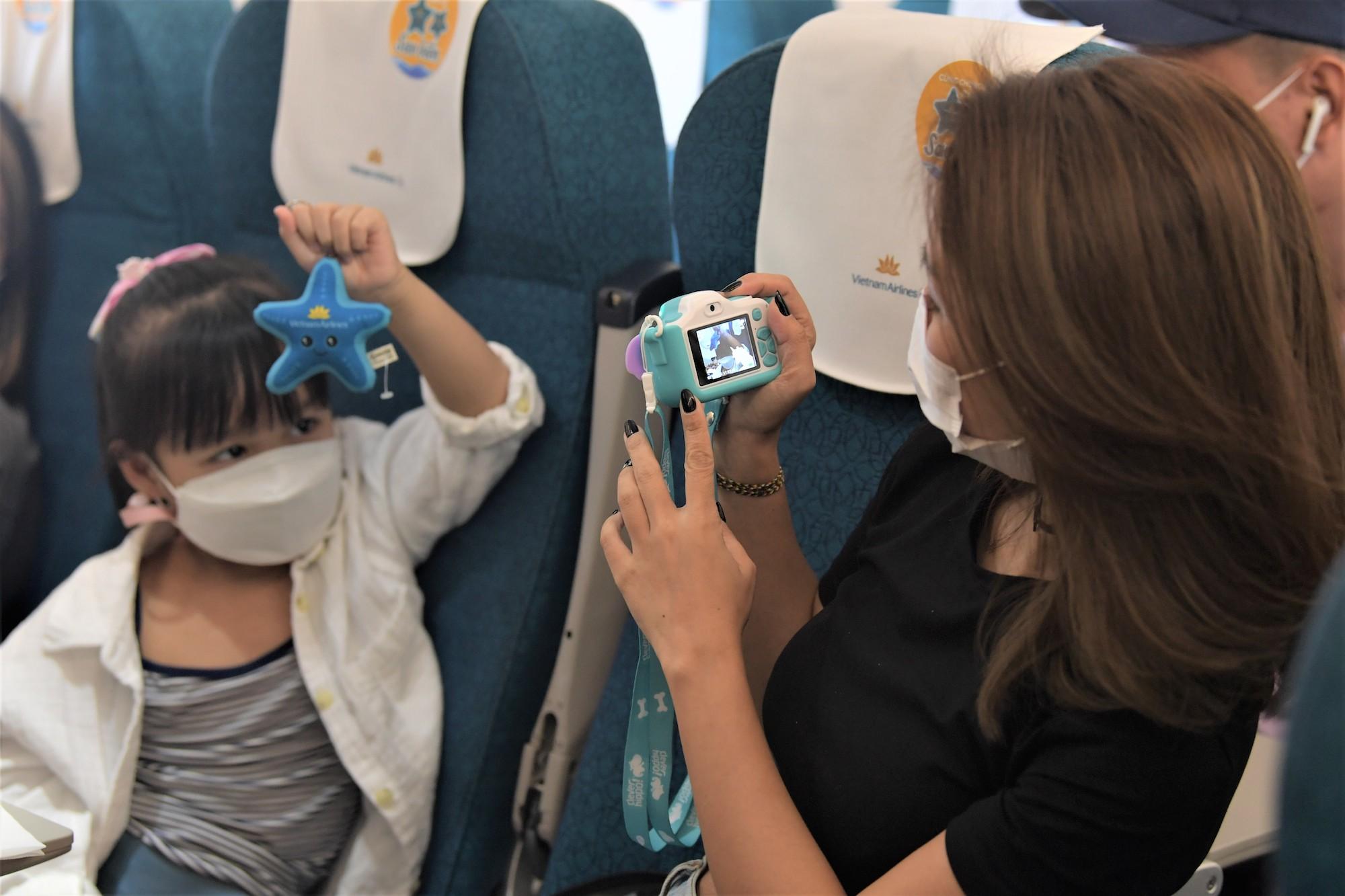 Nhiều em bé thích thú khi nhận được món quà bất ngờ.