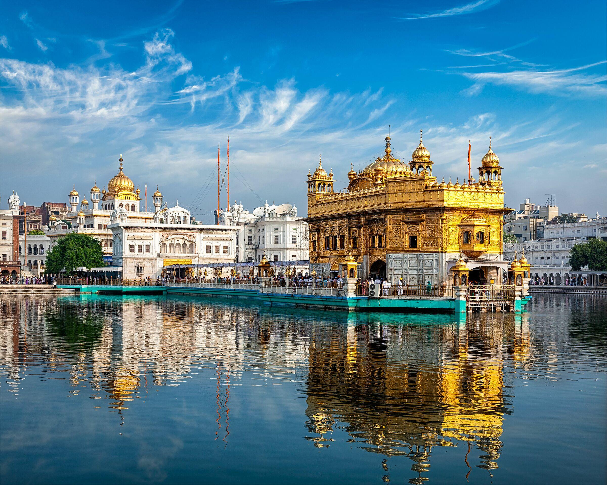 Ở giữa hồ là một gurudwara - nghĩa là cánh cửa dẫn đến chỗ của đạo sư (guru) đối với các tín đồ đạo Sikh. Một cây cầu đưa người hành hương từ gurudwara vào trong đền chính. Ảnh: f9photos/Shutterstock
