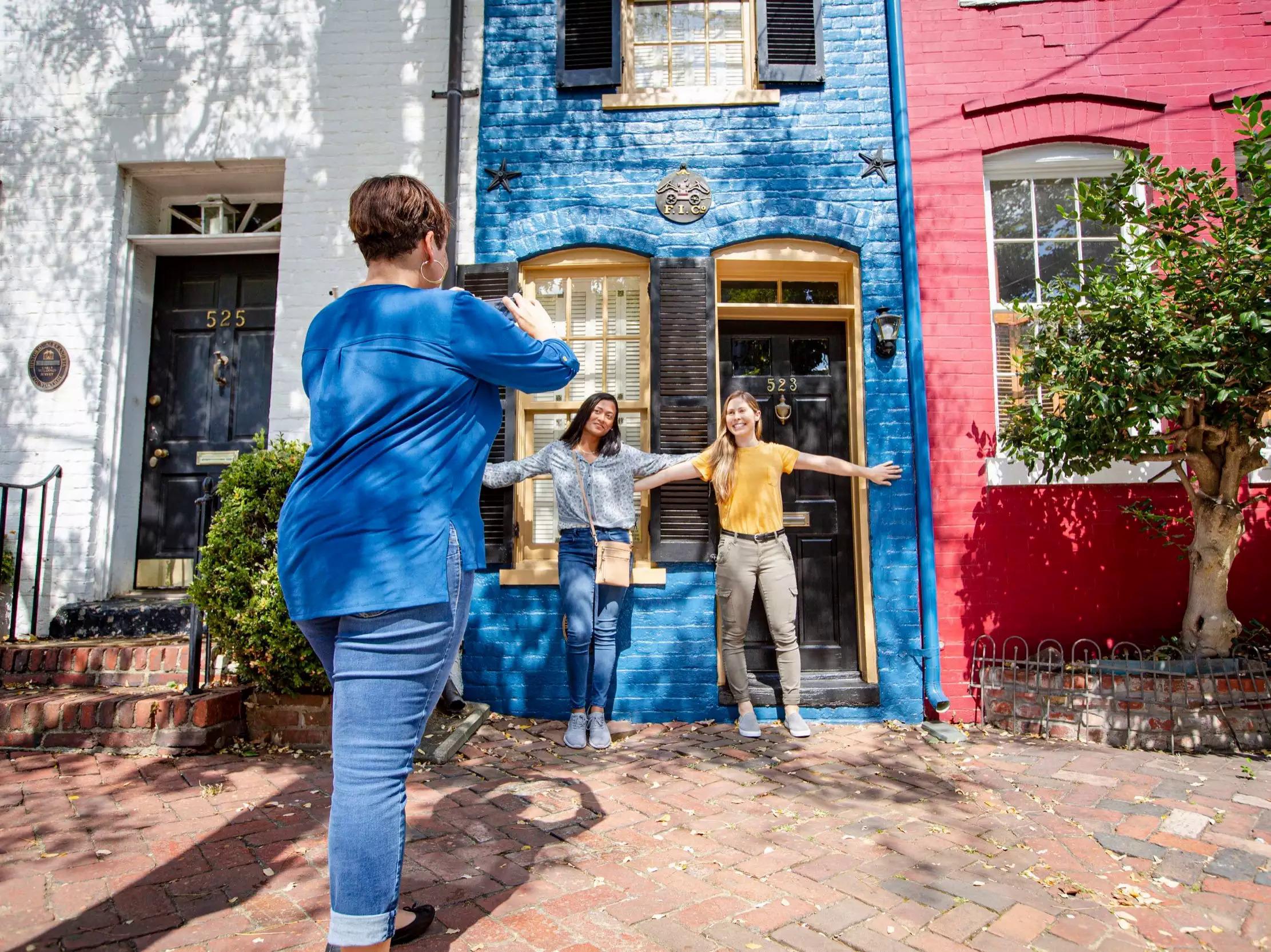 Du khách tạo dáng trước ngôi nhà. Ảnh: Kristian Summerer for Visit Alexandria