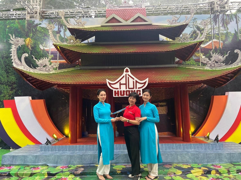 Các sản phẩm du lịch được giới thiệu trong Lễ hội Du lịch và Văn hóa ẩm thực Hà Nội 2021, diễn ra vào ngày 16-18/4/2021 tại khu vực xung quanh nhà Bát giác, quận Hoàn Kiếm. Trên ảnh là điểm check-in mô phỏng chùa Hương tại quầy hàng của Flamingo Redtours. Ảnh: Lan Hương.