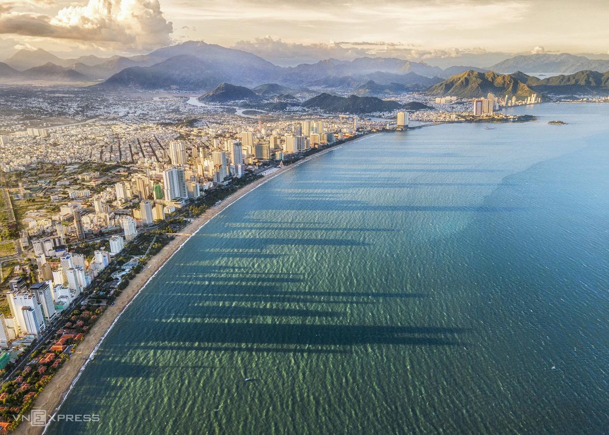 Các điểm đến tiếp theo lần lượt là Vũng Tàu, Đà Nẵng, Nha Trang, Phú Quốc, thu hút du khách với những bãi biển đẹp, hàng loạt khu nghỉ dưỡng, khách sạn tiện nghi. Đến đây, du khách có thể tham gia hàng loạt môn thể thao mạo hiểm dưới nước như lặn biển, lướt sóng... Trong đó, Nha Trang (ảnh) được vinh danh trong hàng loạt danh sách như Top 10 điểm lặn biển đẹp nhất thế giới 2020, Top 50 địa danh có bãi biển đẹp nhất thế giới, một trong 29 Vịnh đẹp nhất thế giới. Ảnh: Trần Anh Khoa
