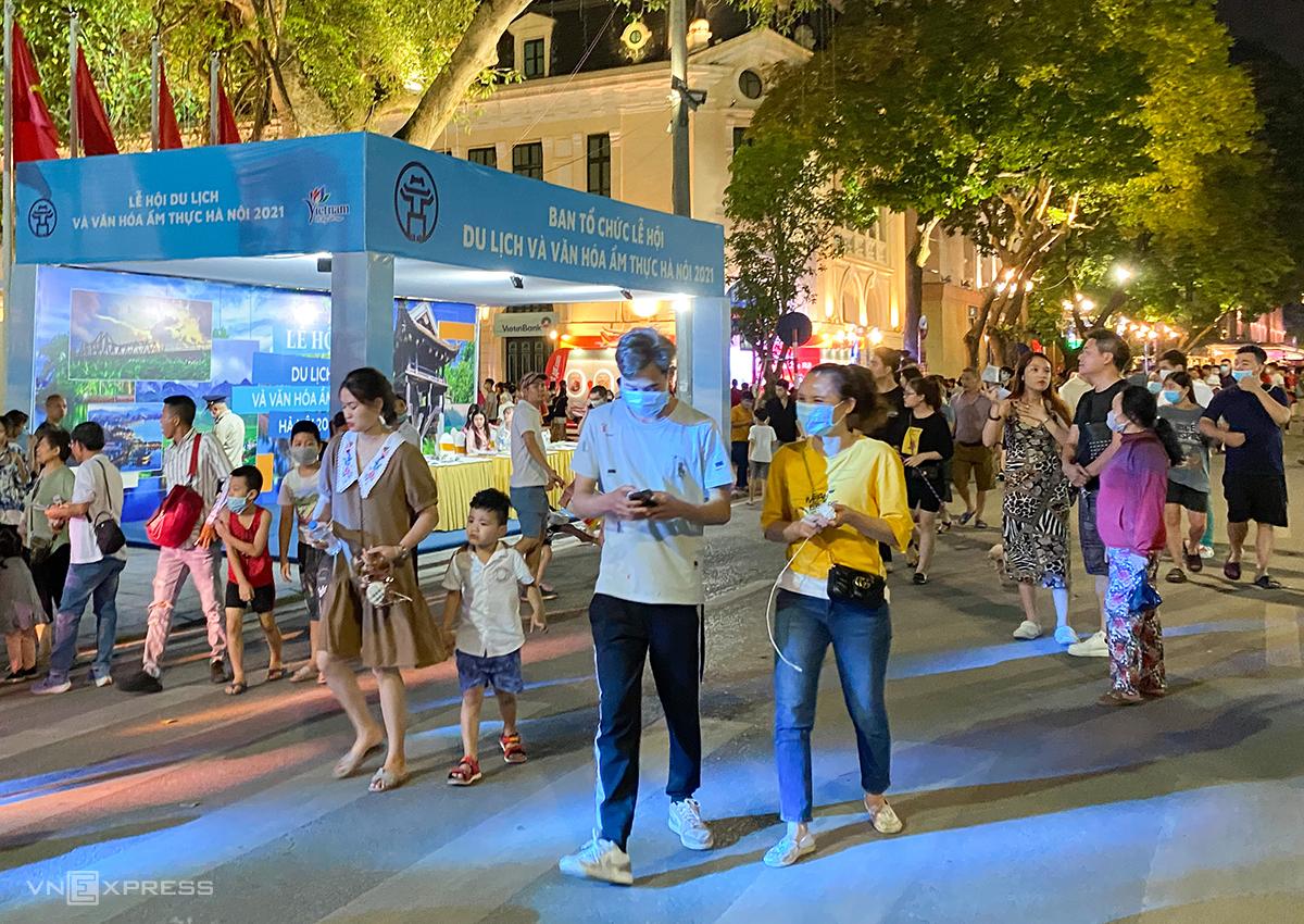 Lễ hội thu hút nhiều người dân đến tham gia và trải nghiệm ngay từ đêm đầu tiên. Ảnh: Trung Nghĩa