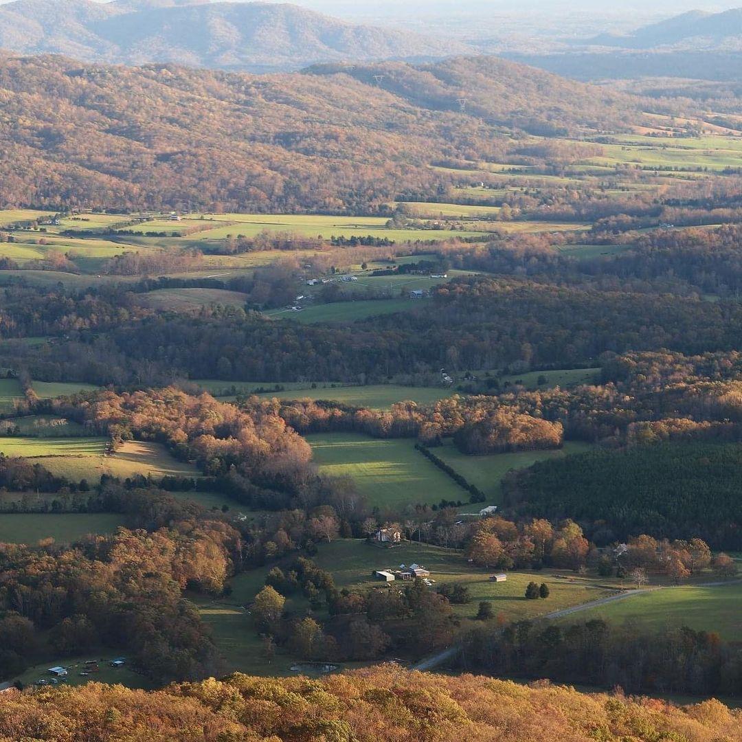 Blue Ridge Parkway, Mỹ ( 754,7 km, 717 ảnh/ km)Là điểm đến nổi tiếng nhất ở Bắc Carolina, Blue Ridge Parkway là cung đường nối liền cao và dài nhất ở khu vực Appalachian, vì thế ai cầm lái trên cung này đều sẽ được ngắm nhìn cảnh quan thiên nhiên tươi đẹp bên dưới. Blue Ridge Parkway còn đặc biệt hơn khi vào thu, cũng là lúc những rừng cây thay lá, biến thành biển lá vàng, đỏ, nâu sặc sỡ.