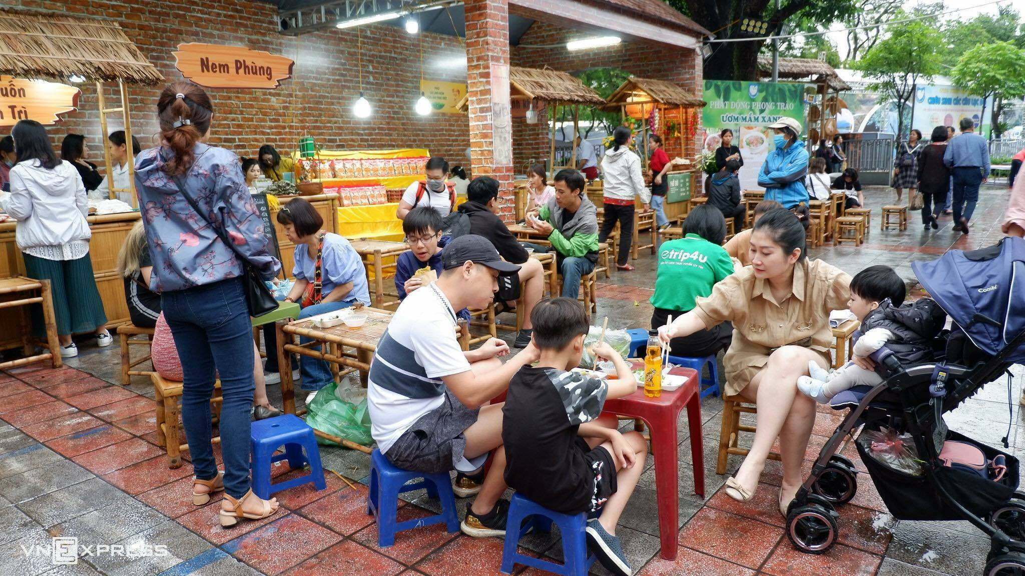 Trong khuôn khổ sự kiện, khu vực ẩm thực cũng thu hút nhiều du khách. Đặc biệt là gian phở Hà Nội, bánh cuốn Thanh Trì, bún thang... Ảnh: Trung Nghĩa.