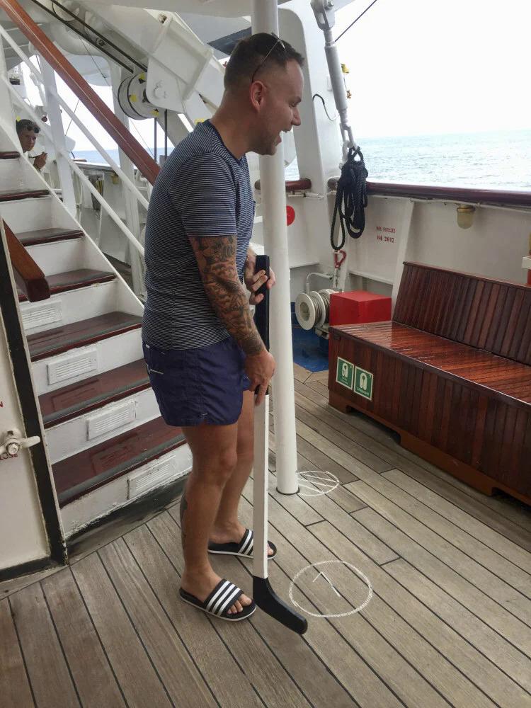 Gavin, bạn của Cobaj, chơi golf trên boong tàu. Ảnh: Lee Cobaj/SCMP
