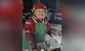 Cụ bà 96 tuổi bán bánh xuyên đêm