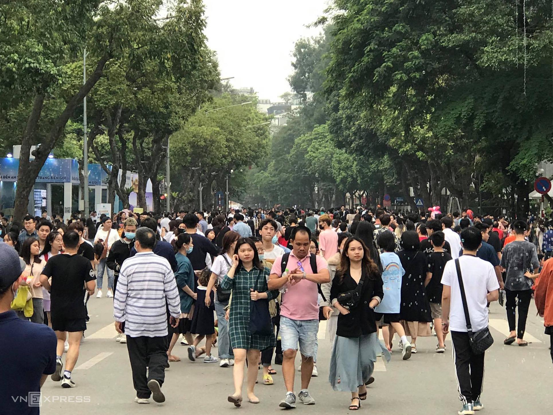 Lễ hội thu hút hàng chục nghìn du khách trong ngày cuối. Ảnh: V.H.
