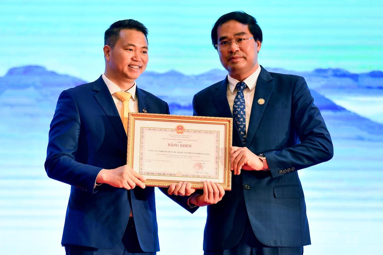 Ông Trịnh Xuân Trường thay mặt chính quyền tỉnh Lào Cai trao tặng bằng khen, ghi nhận những đóng góp của tuyến cáp treo cho sự phát triển du lịch Lào Cai. Ảnh: Giang Huy.