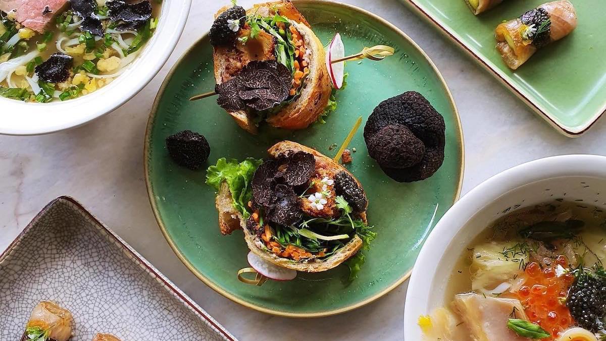 Bánh mì kẹp dùng nấm truffle. Ảnh: Anan Saigon