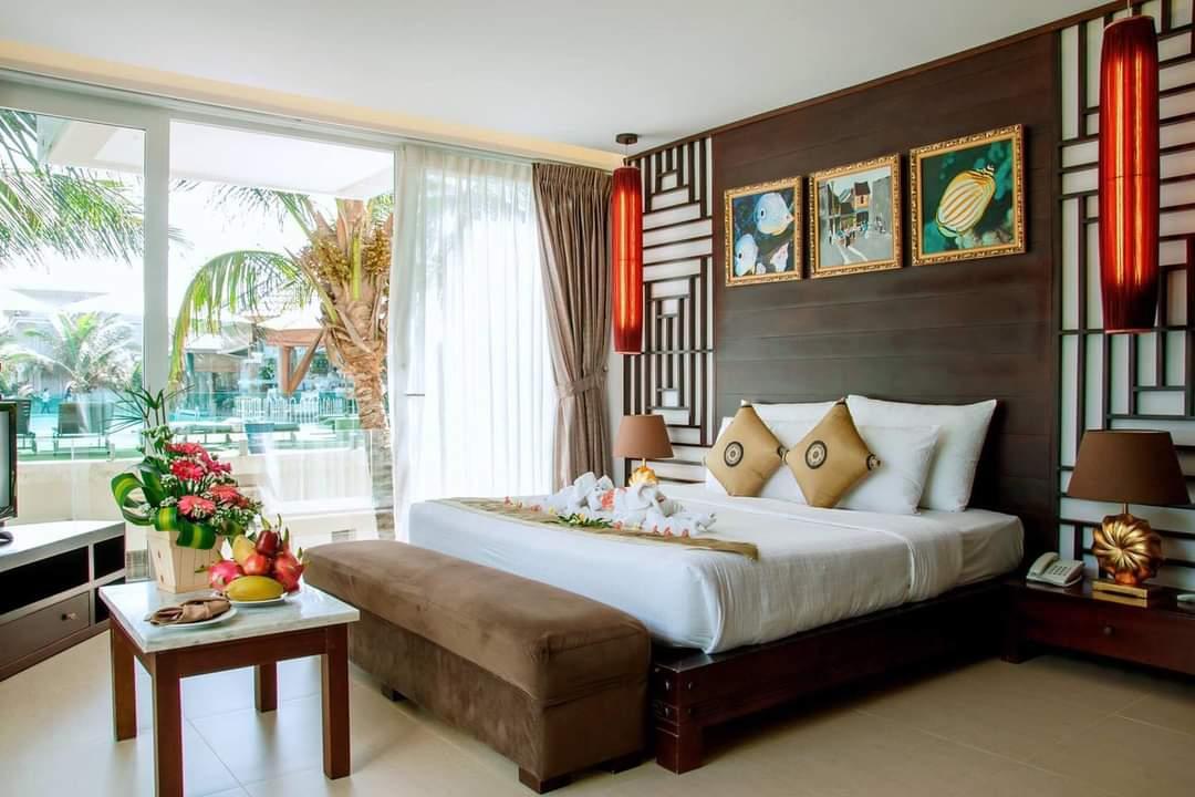 Phòng ốc tại resort được thiết kế theo phong cách indochina. Với các hạng phòng có mức giá cao, khách lưu trú còn được hưởng view hướng ra bãi biển riêng của resort. Giá phòng tại đây dao động từ 2 triệu đồng - 3,6 triệu đồng/ đêm . Hiện tại, resort đang có chương trình ưu đãi chỉ 1,39 triệu đồng/ đêm, áp dụng đến đầu tháng 4/2021.Các resort cùng phân khúc: Ravenala Boutique (đường Nguyễn Đình Chiểu, Mũi Né) 2,1 triệu đồng - 3,9 triệu / đêm; Romana Resort (phường Phú Hải, Mũi Né) 1 triệu đồng - 4 triệu đồng/ đêm; Seahorse Mũi Né Resort (đường Nguyễn Đình Chiểu, Mũi Né) 1,3 triệu đồng - 5 triệu đồng/ đêm.