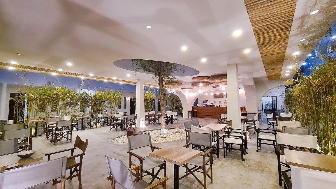 Đối với những du khách muốn tiết kiệm chi phí lưu trú, tại Mũi Né vẫn có những homestay, khách sạn sang trọng với mức giá thấp hơn tại các resort. Meraki Oasis (đường Nguyễn Đình Chiều, Mũi Né) sở hữu phong cách địa trung hải, thu hút du khách trẻ đến lưu trú và check-in. Bên cạn đó, khách sạn cũng có các hạng phòng dành cho gia đình. Tiện ích tại khách sạn gồm có: nhà hàng, bể bơi ngoài trời và bãi tắm riêng. Vị trí của điểm lưu trú này cũng thuận tiện đi vào trung tâm Mũi Né (6km).  Ảnh: Thông Trần