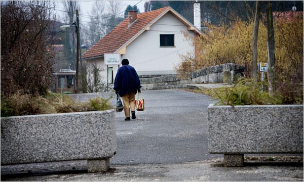 Những chậu cây bê tông đánh dấu biên giới giữa Obrezje, Slovenia và Bregana, Croatia - giữa một quốc gia thành viên EU và một quốc gia ngoài khối này. Ảnh: Johan Spanner/New York Times