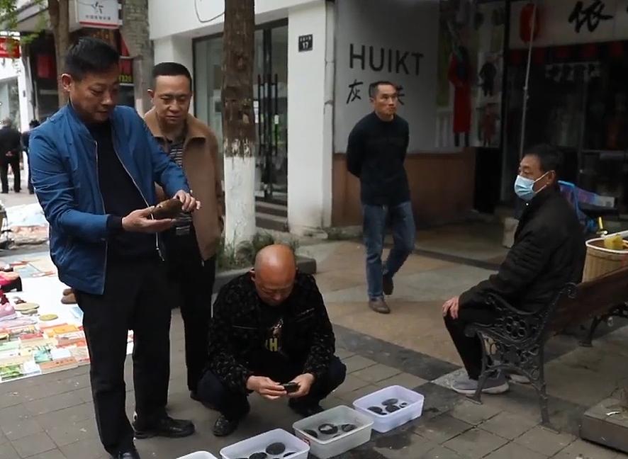 Rất nhiều những người đam mê sưu tập đá ở khắp Trung Quốc đã đổ xô về làng Hejiaba. Ảnh: Pear
