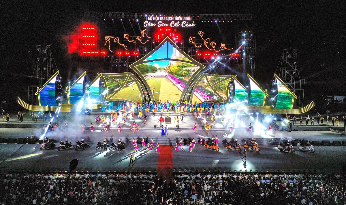 Chương trình nghệ thuật sân khấu hoá được thành phố Sầm Sơn và Tập đoàn Sun group phối hợp dàn dựng công phu. Ảnh: Lam Sơn.