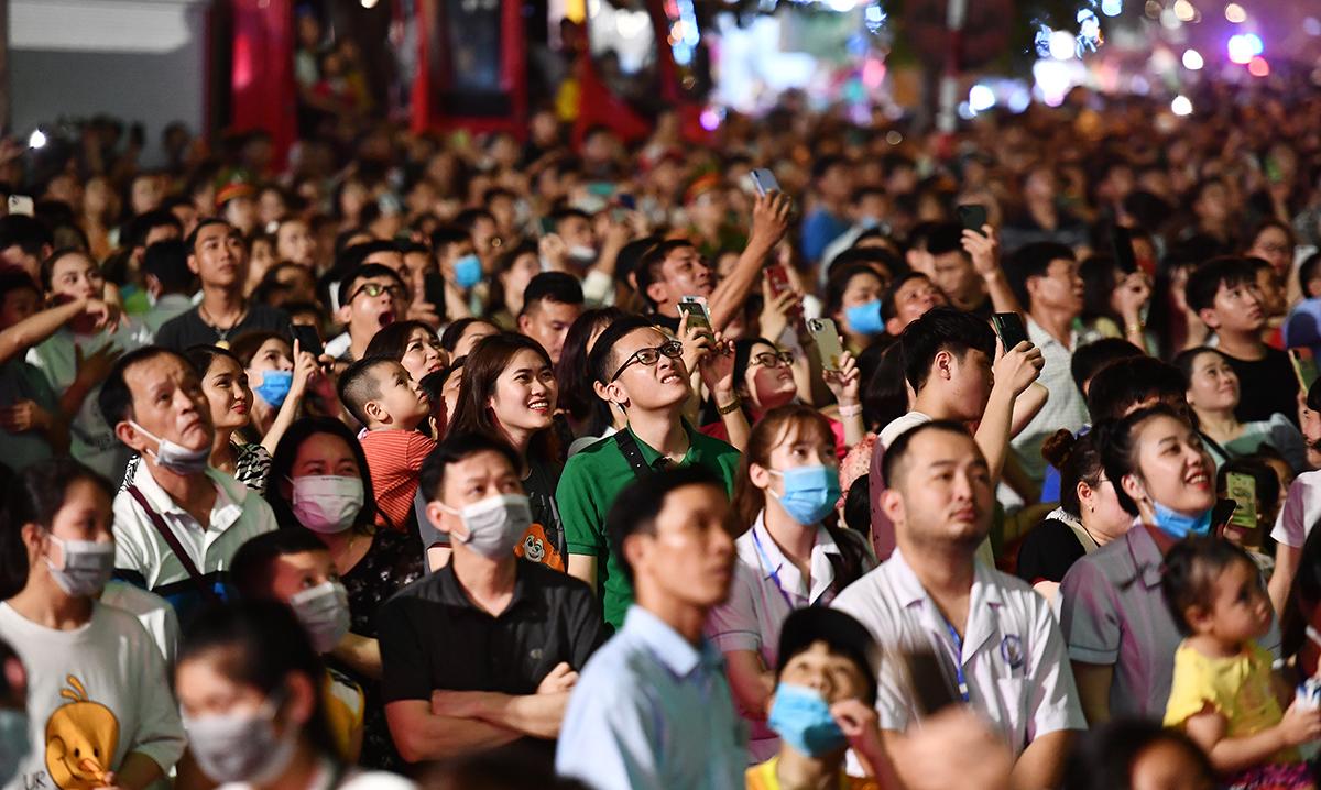 Hàng chục nghìn người đã đến dự khai mạc lễ hội Sầm Sơn 2021 tối 24/4. Ảnh: Lam Sơn.