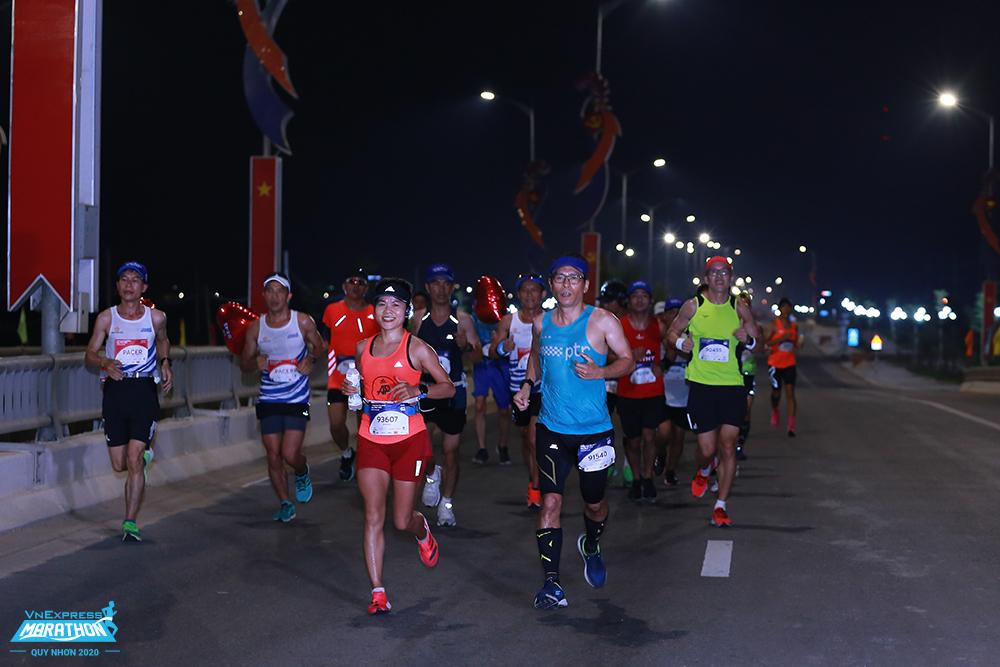 Vận động viên dự giải có cơ hội chạy trên những con đường ven biển đẹp ở Hạ Long. Ảnh: VnExpress Marathon.