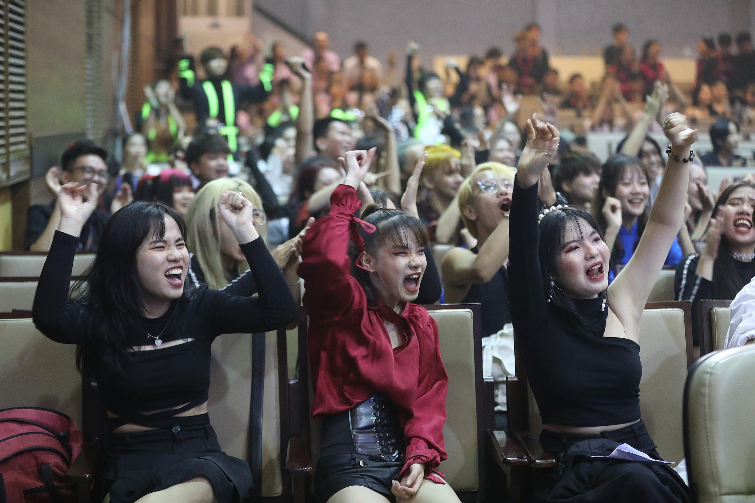 Những tràng vỗ tay thể hiện niềm vui sướng khi đội nhà đang tranh tài trên sân khấu đêm Bán kết. Trong ảnh là các thành viên cùng cổ động viên The Eight Crew - Đại học Sư phạm TP HCM hò reo khi đội đã hoàn thành xuất sắc phần thi.