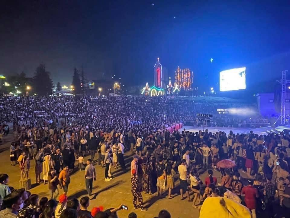 Chương trình biểu diễn nghệ thuật Rock and Sumphony lần đầu được tổ chức tại Sa Pa nhận được nhiều sự quan tâm của du khách. Ảnh: Nguyễn Hiếu.