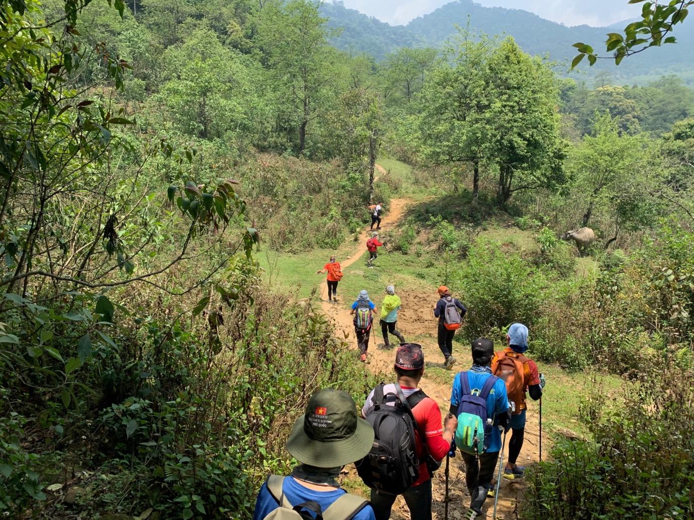 Du khách trên chặng đường ngày đầu leo núi Khang Su Văn. Ảnh: Đức Hùng