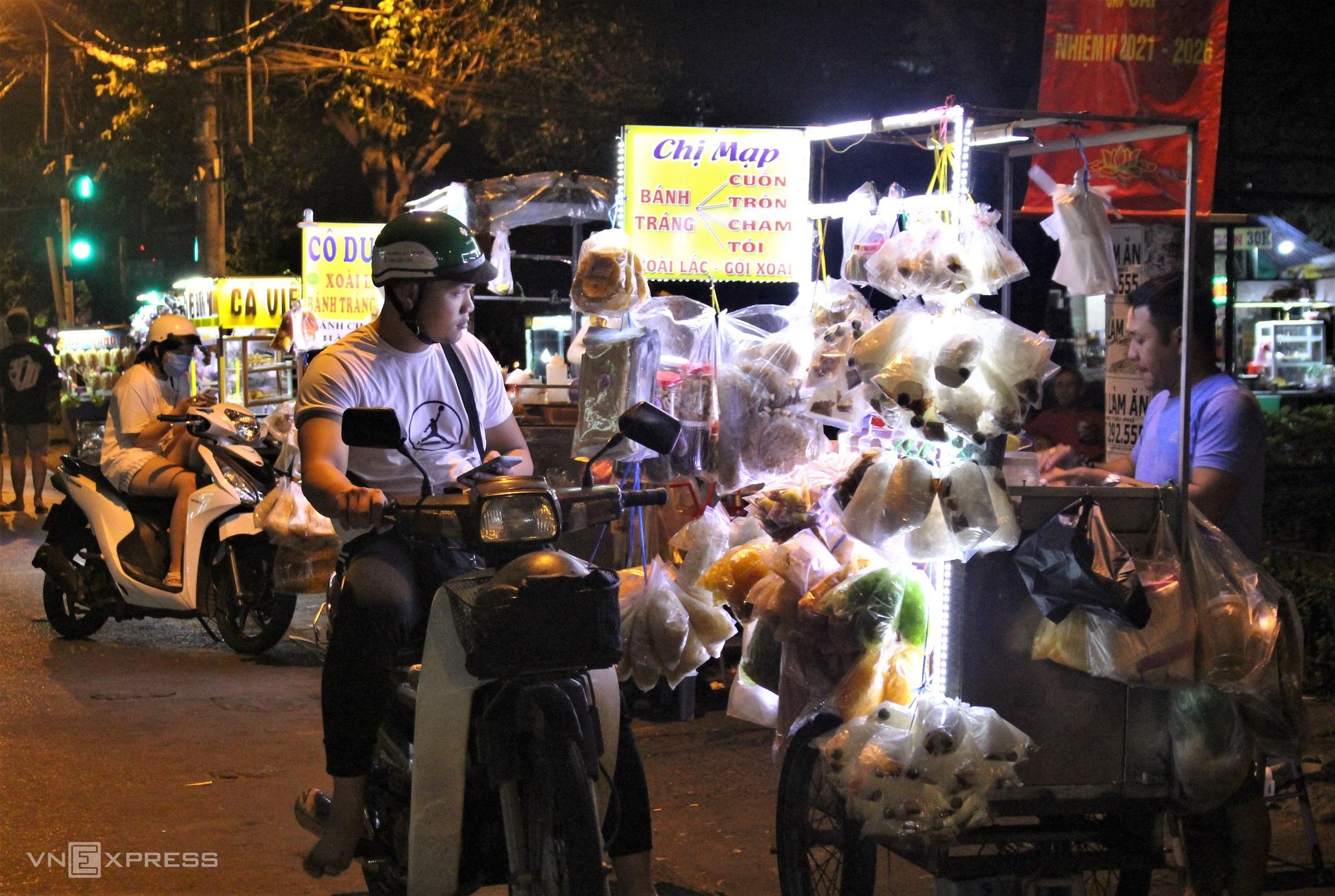 Dọc đường ra cư xá Thanh Đa là các hàng quán bán bánh tráng trộn và thức ăn mang đi. Bánh tráng trộn ở các tiệm đa dạng cách chế biến từ trộn, cuốn, chấm sốt me, sốt sa tế đến cháy tỏi ớt, giá mỗi phần từ 15.000 đồng.