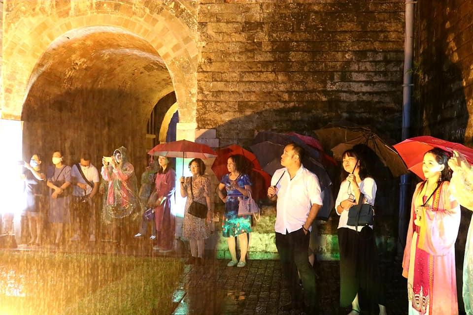 Trong ngày 23-25/4, khoảng 300 du khách đăng ký tour Giải mã Hoàng thành Thăng Long, dù một tối có mưa lớn. Ảnh: Phùng Quang Thắng.