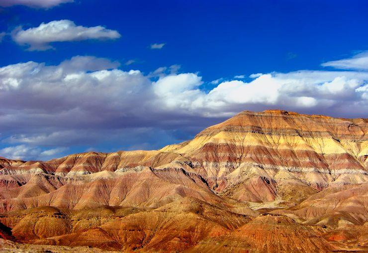 Sa mạc Painted, ArizonaSa mạc được đặt tên là Painted, nghĩa là được sơn, do có đủ màu sắc gồm tím, đỏ, cam, xanh lam, vàng nhờ số lượng khoáng chất được tìm thấy trên địa hình. Nó rộng gần 40.000 ha, trải dài từ thung lũng Grand Canyon đến Vườn quốc gia rừng hóa đá. Mặc dù cằn cỗi, nơi đây thu hút khách ghé thăm nhờ những mảng màu sắc phong phú. Ảnh: Flickr