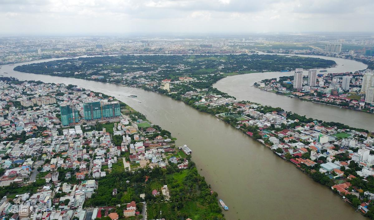 Bán đảo Thanh Đa (quận Bình Thạnh, TP HCM) được bao quanh bởi sông Sài Gòn và kênh Thanh Đa. Nơi này là điểm hẹn quen thuộc của nhiều người muốn ngắm thành phố lên đèn hay hóng gió ven sông. Ảnh: Quỳnh Trần