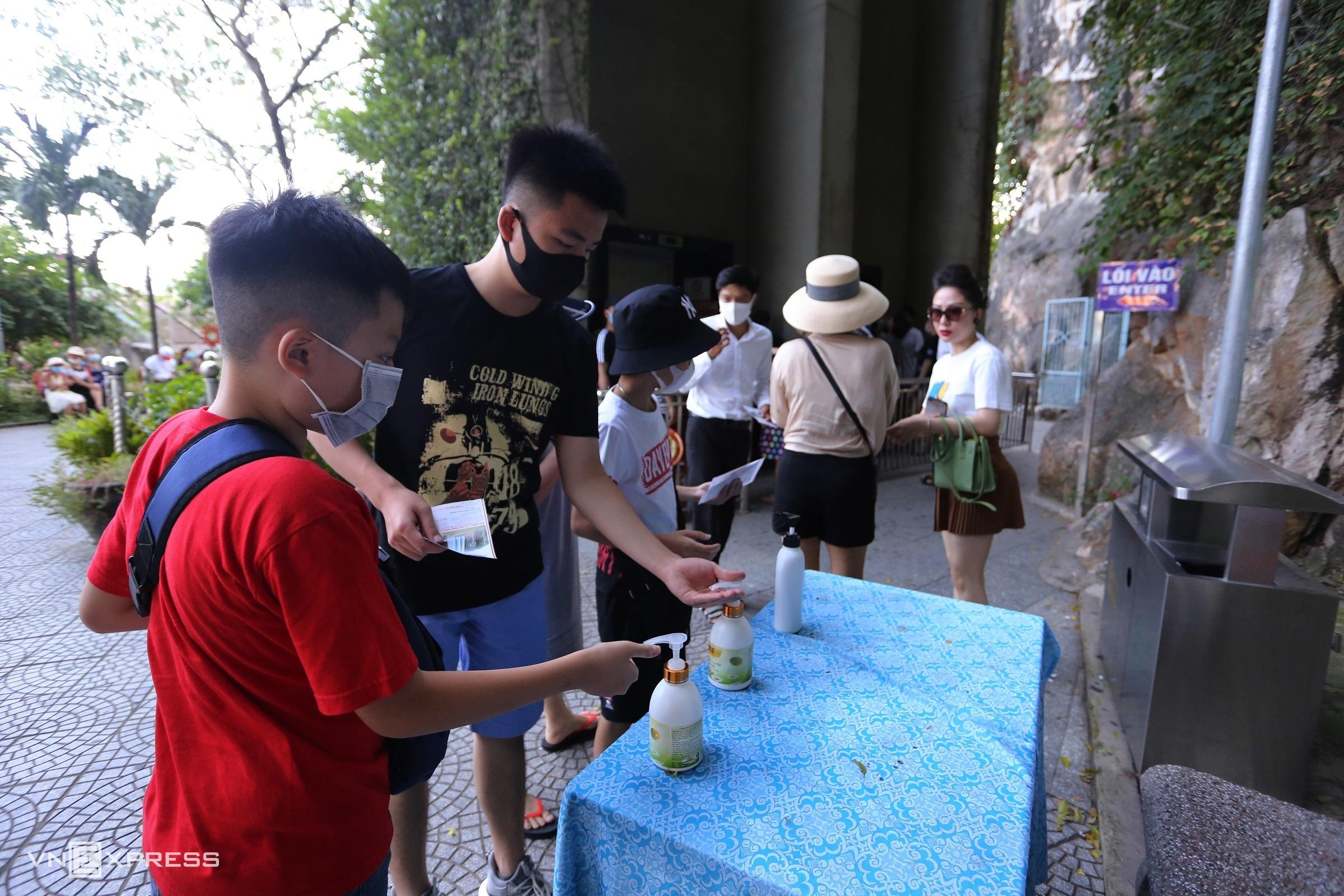 Du khách rửa tay sát khuẩn trước khi vào tham quan danh thắng Ngũ Hành Sơn, Đà Nẵng ngày 25/7/2020. Ảnh: Đắc Thành