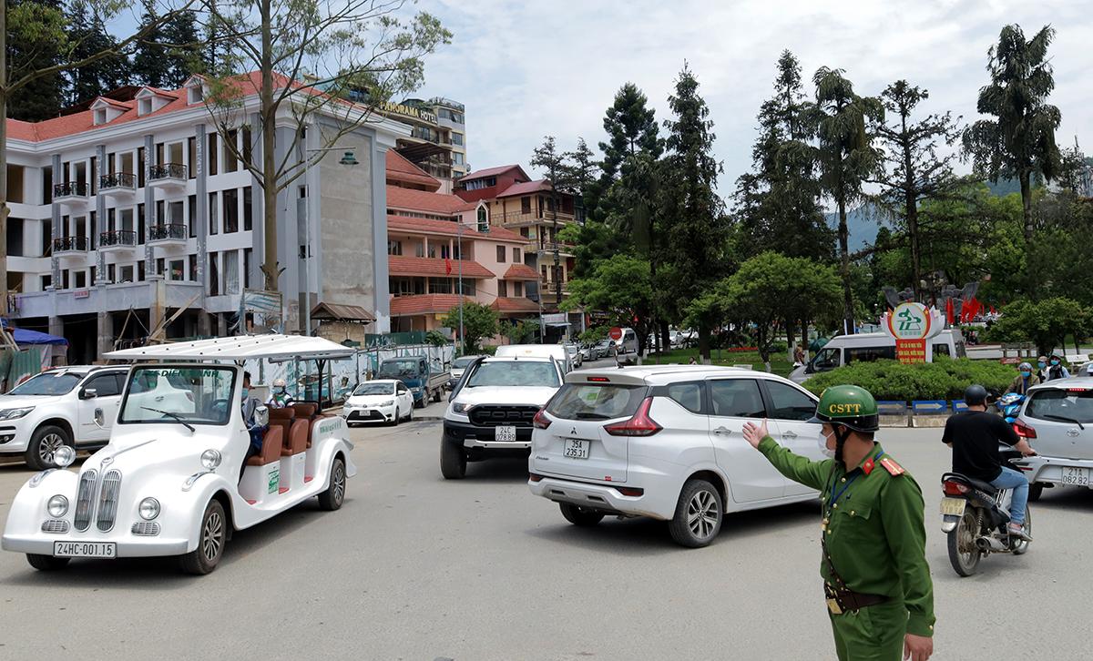 Giữa trưa ngày đầu nghỉ lễ, lực lượng chức năng có mặt tại tuyến đường trung tâm để phân làn xe cộ. Ảnh: Báo Lào Cai.