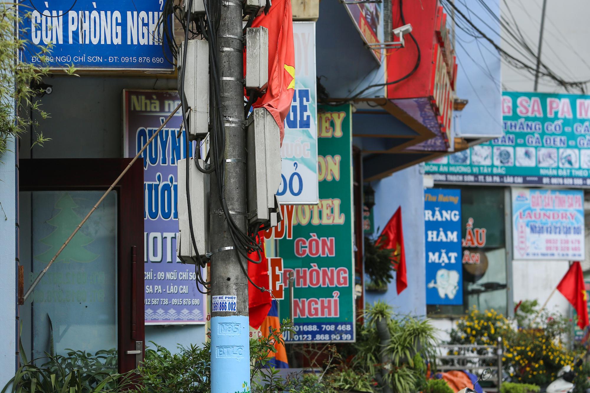 Các nhà nghỉ trên đường Điện Biên Phủ treo biển còn phòng trống chiều 30/4. Ảnh: Toàn Vũ.
