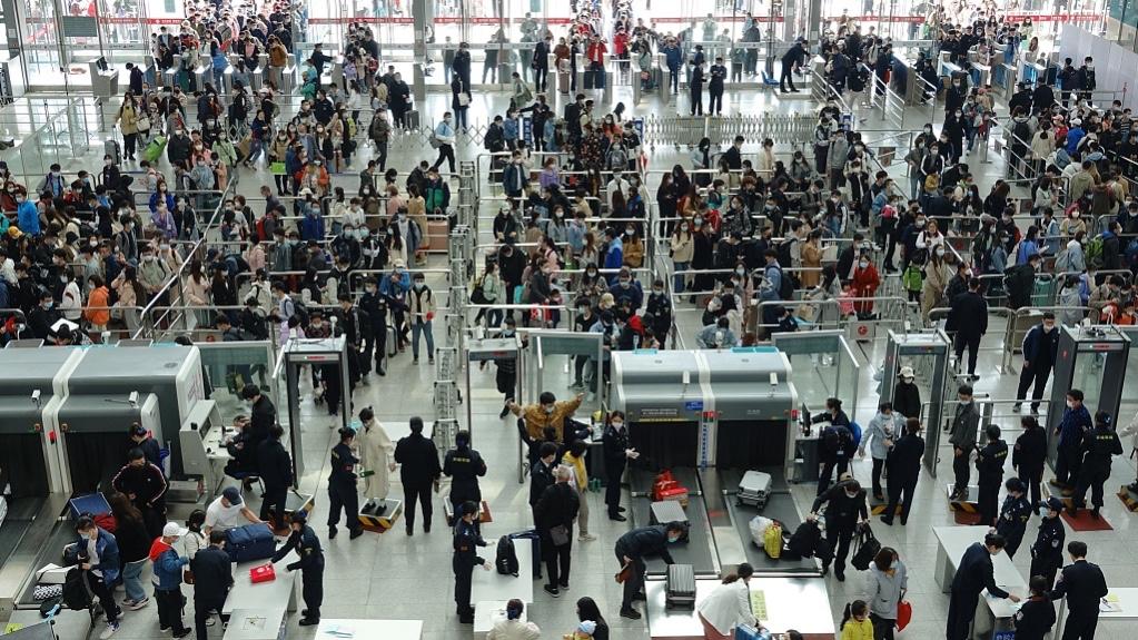 Trong ngày 1/5, ngày đầu kỳ nghỉ 5 ngày vào tháng 5 ở Trung Quốc, các ga tàu trên khắp đất nước này đã đông nghịt người di chuyển. Bộ Giao thông nước này ước tính trong kỳ nghỉ sẽ có khoảng 265 triệu chuyến đi nội địa. Ảnh: CFP