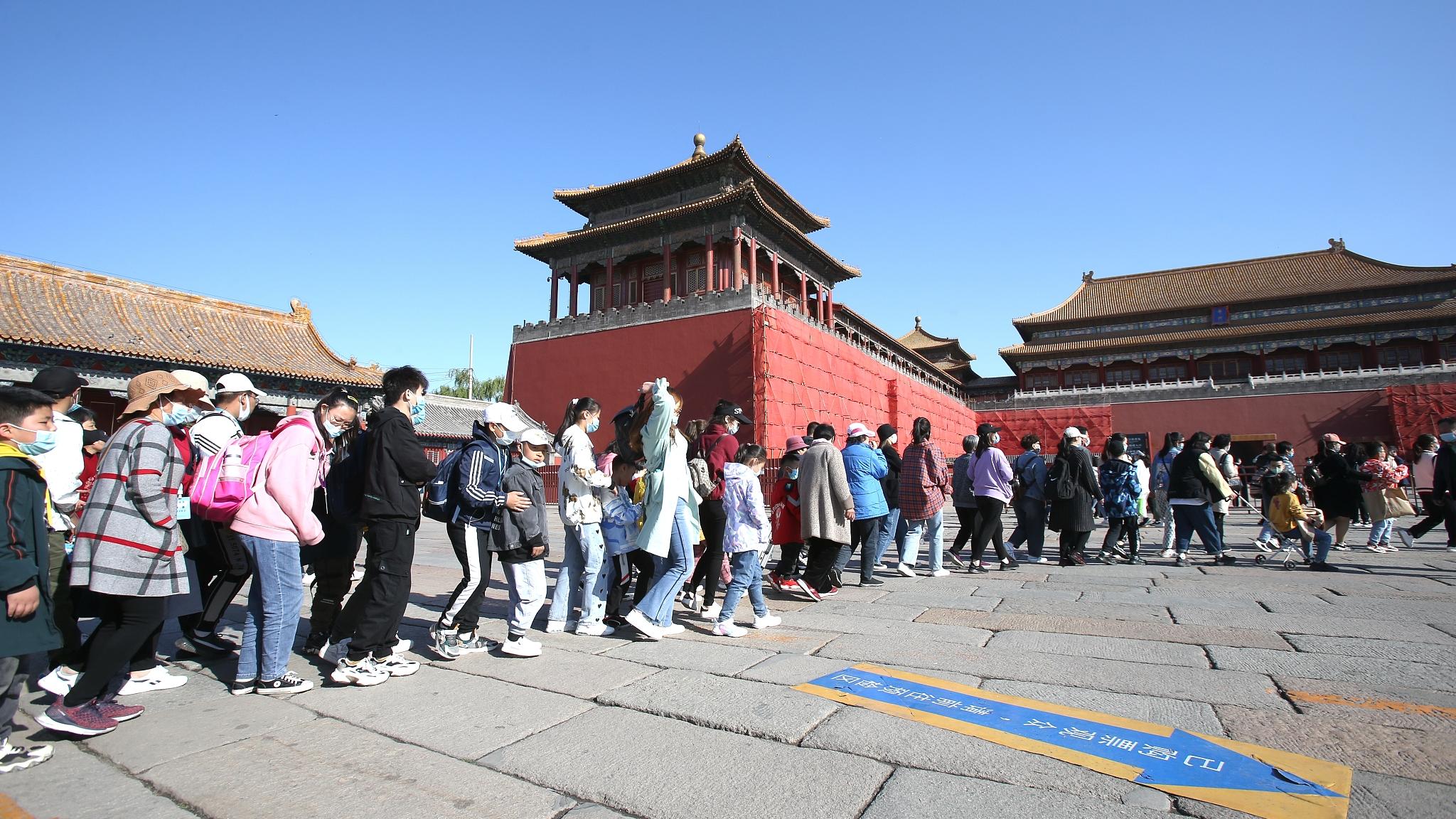 Dòng người xếp hàng dài trước khi vào tham quan Bảo tàng Cố Cung (Tử Cấm Thành) tại Bắc Kinh ngày 1/5 vừa rồi. Han Yuanjun, một nhà nghiên cứu ở Viện Du lịch Trung Quốc, cho hay: Tình hình đại dịch đã được kiểm soát hiệu quả ở Trung Quốc nên ngày càng nhiều người thấy an toàn khi du lịch hơn. Ảnh: CFP