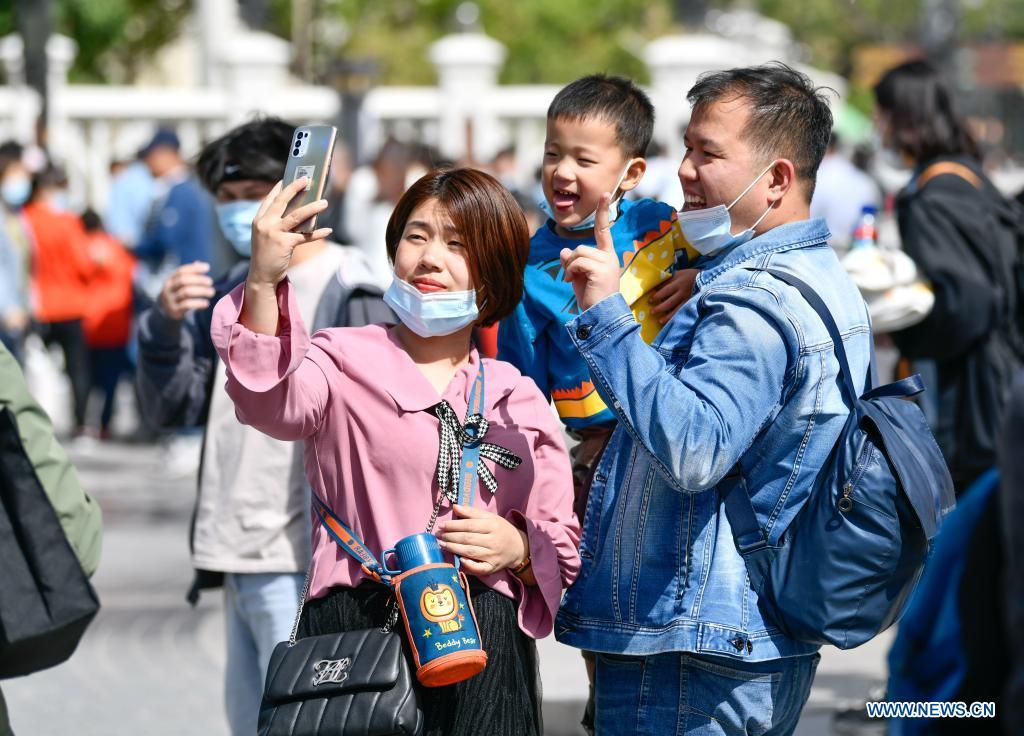 Khách du lịch cởi khẩu trang để chụp ảnh selfie ở Khu Italy tại quận Hà Bắc, miền bắc Thiên Tân trong ngày đầu kỳ nghỉ Quốc tế Lao động. Khu vực này vừa đón khách trở lại sau thời gian nâng cấp tổng thể. Nhiều khách tận dụng kỳ nghỉ để tới đây tham quan, vui chơi giải trí. Ảnh: Xinhua/Sun Fanyue