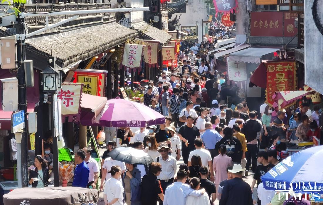 Phóng viên Global Times ghi nhận lưu lượng giao thông dày đặc ở Thượng Hải ngày 1/5. Đặc biệt tại cổ trấn Phong Kính ở quận Kim Sơn, Thượng Hải rất nhiều du khách đến đây tham quan và tận hưởng kỳ nghỉ.
