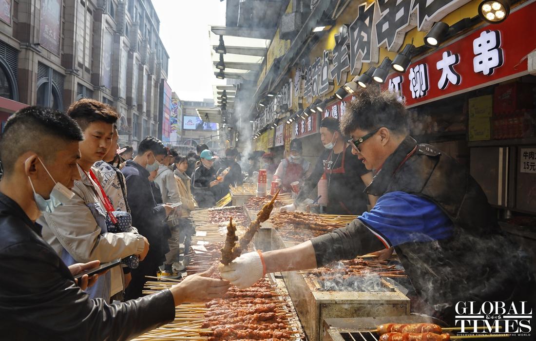 Tại Cáp Nhĩ Tân, tỉnh Hắc Long Giang, đông bắc Trung Quốc, các điểm du lịch như nhà thờ Sophia, phố Trung tâm và nhiều khu ẩm thực, mua sắm kín khách. Ảnh: Li Hao/Global Times