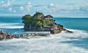 Đền cổ nằm trọn trên khối đá giữa biển khơi
